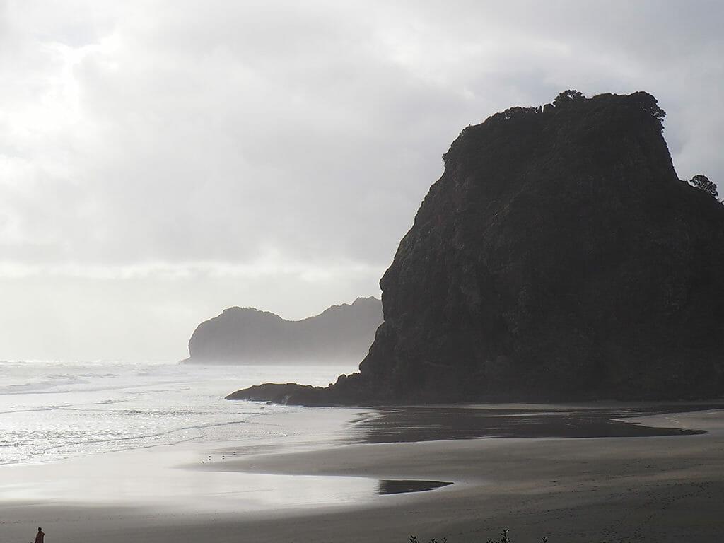La plage de Piha Beach dans les Waitakere Ranges en Nouvelle Zélande