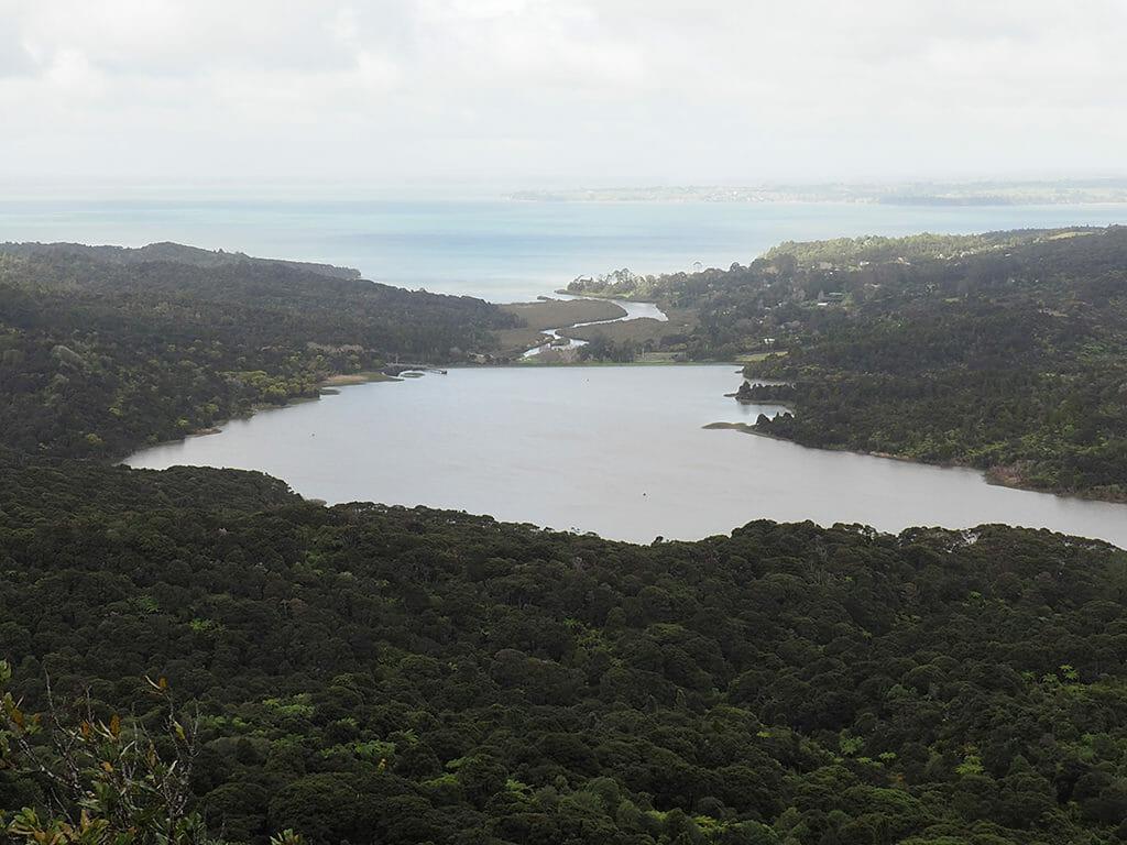 Vue sur les Waitakere Ranges depuis le Arataki Visitor Center