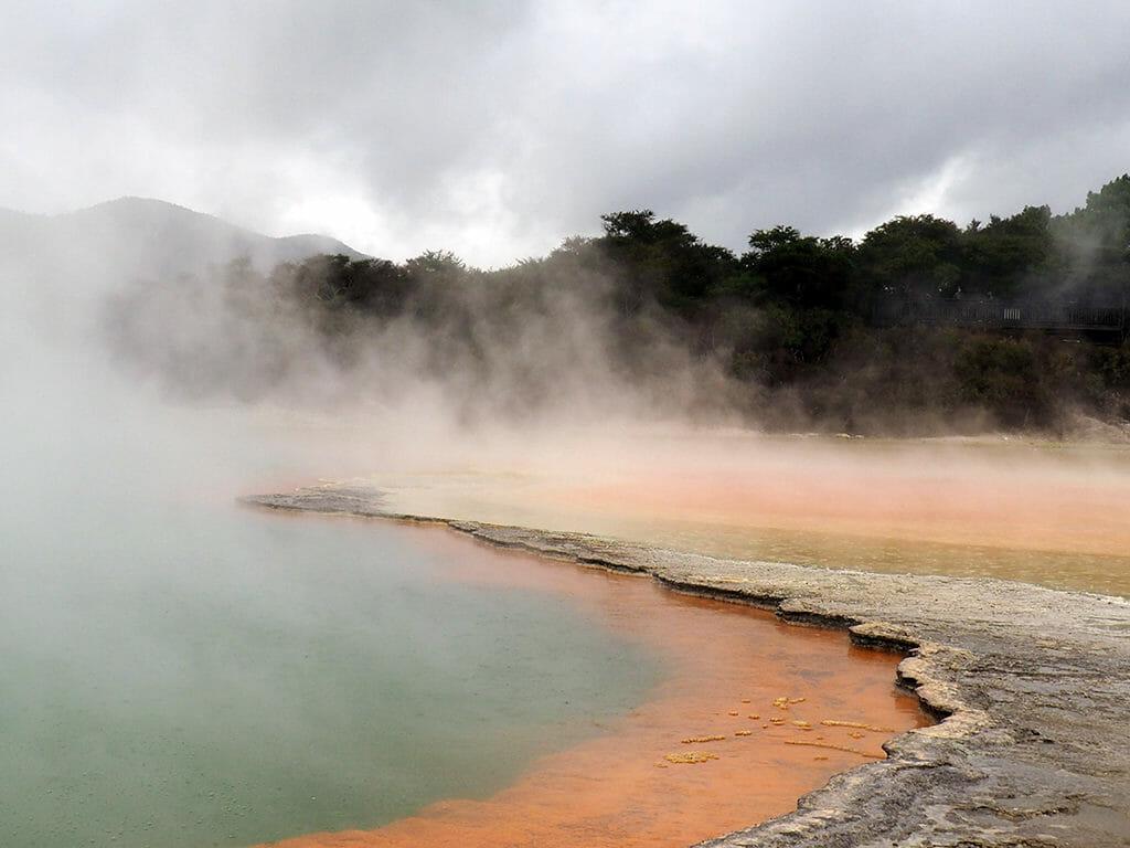 Le parc géothermique de Waiotapu avec la Champagne Pool près de Rotorua en Nouvelle-Zélande
